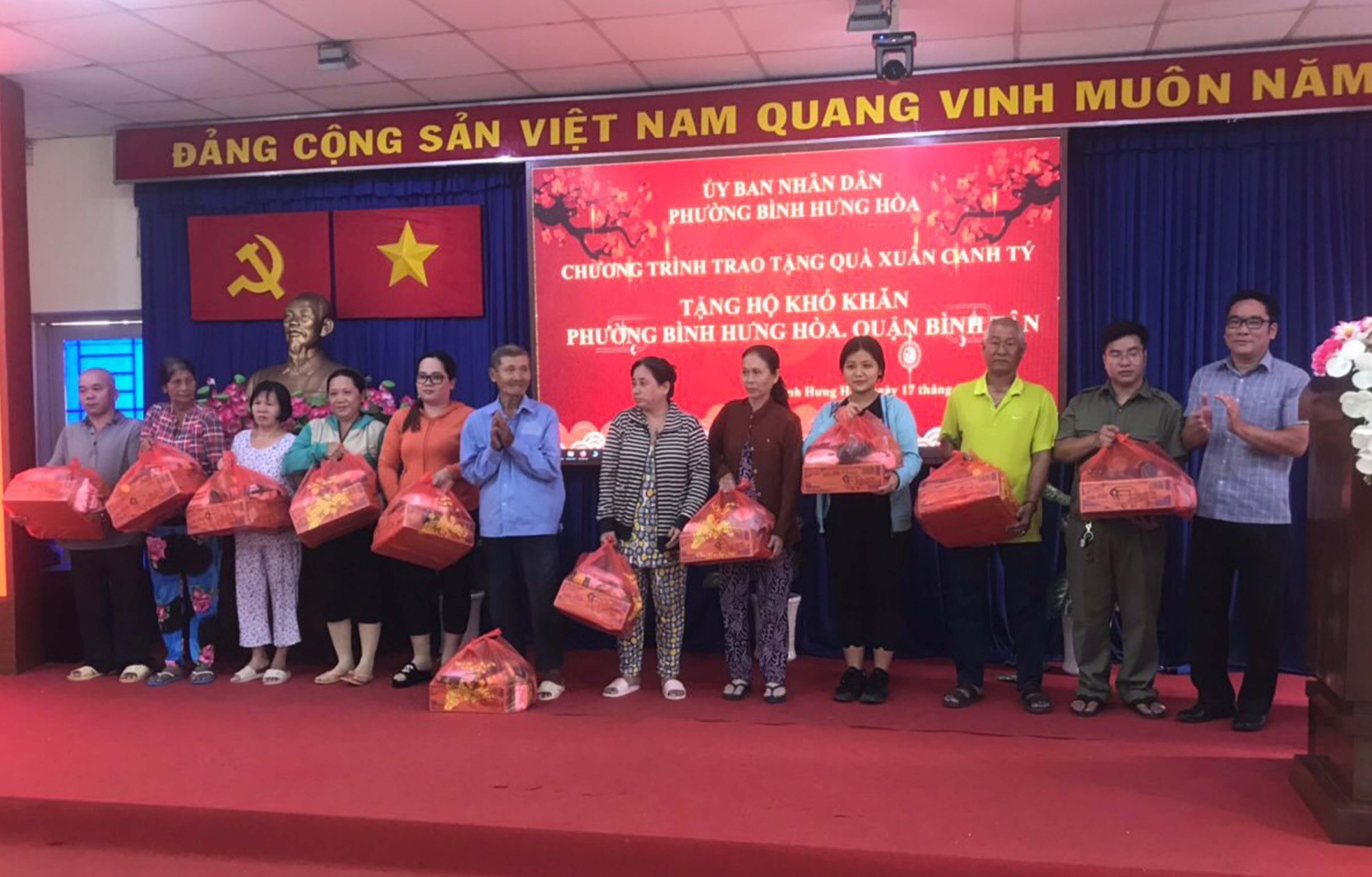 Thăm và tặng quà cho người dân tại P.BHH, P.BHH A, Bình Tân