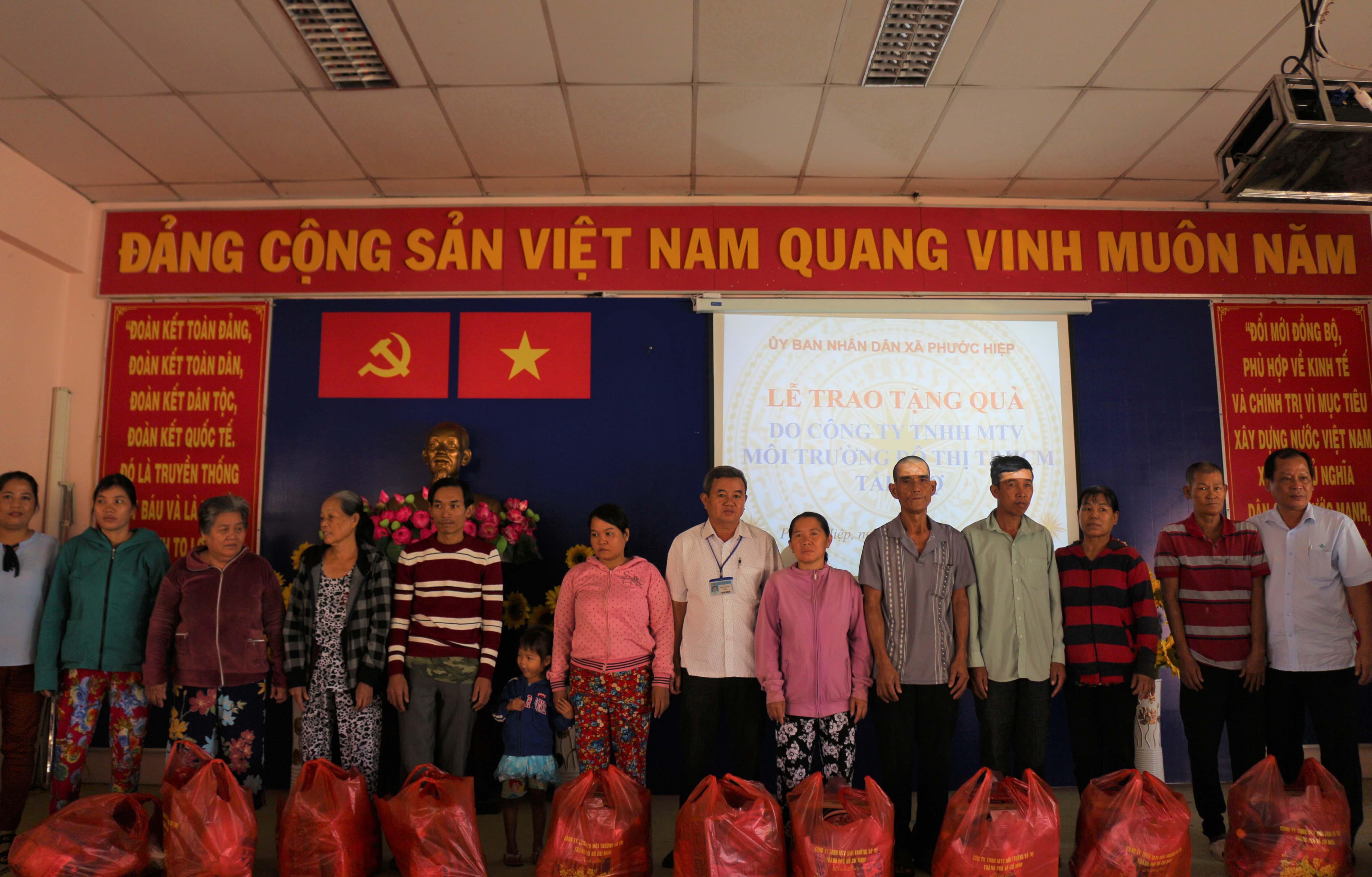 Thăm và tặng quà cho người dân tại xã Phước Hiệp, Củ Chi