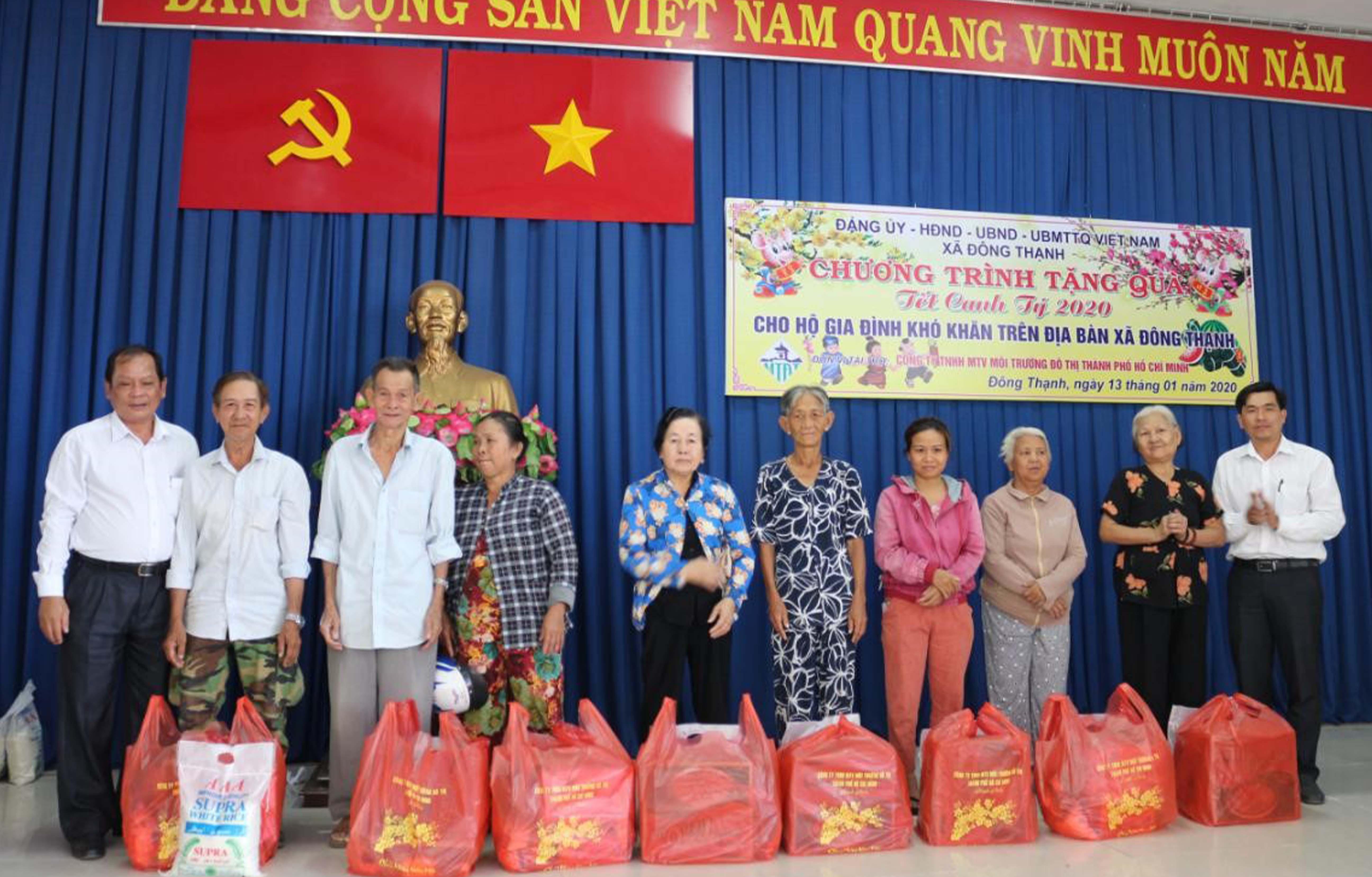 Thăm và tặng quà cho người dân tại xã Đông Thạnh, Hóc Môn