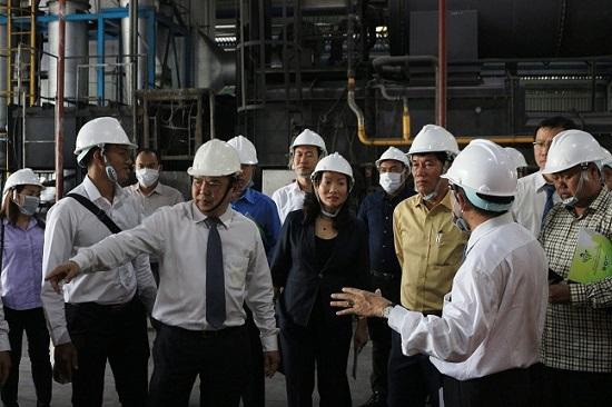 Đoàn Đại biểu cấp cao Thủ đô Phnôm Pênh, Vương quốc Campuchia do Ngài KHUONG SRENG, đến tham quan Nhà máy Đông Thạnh.